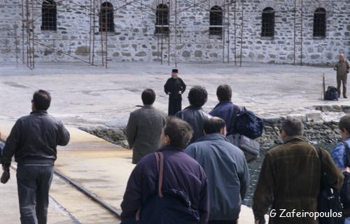 Προσκυνητές κατεβαίνουν από το πλοίο στη Μονή του Αγίου Παντελεήμονα.