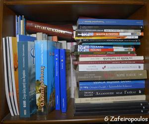 Τα ράφια είναι γεμάτα βιβλία στο δωμάτιό του.