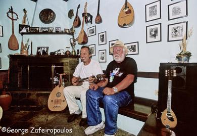 Ο Ρασούλης με τον φίλο του Κώστα Μπουζιώτα από την Κατερίνη. Ζούσαν και ανέπνεαν και οι δυο μέσα από το τραγούδι.