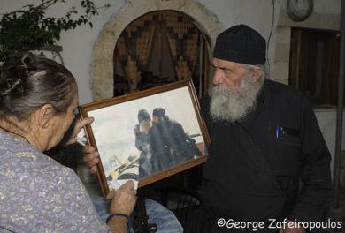 Προσέχει σαν θησαυρό τη φωτογραφία του δίπλα στον γέροντα Πορφύριο.