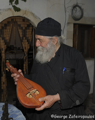 Λατρεύει τη λύρα και τη θεωρεί ως την κορυφή της μεσογειακής μουσικής.