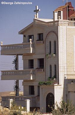 Πολυκατοικίες με σταυρούς στις προσόψεις τους στο ελληνορθόδοξο χωριό Σεντνάγια.